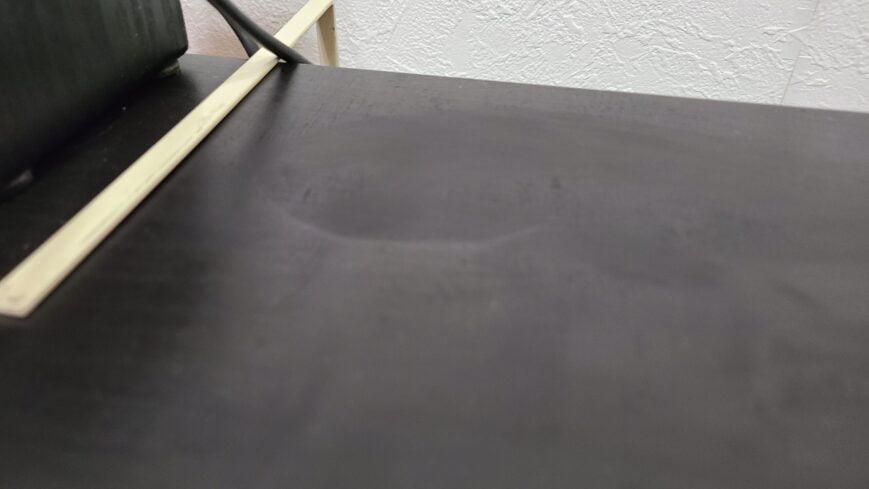 モニターアームの台座を直接取り付けると凹む